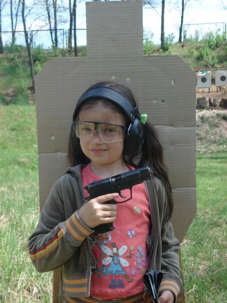 صور رائعة لاطفال يحملون السلاح 769.jpg