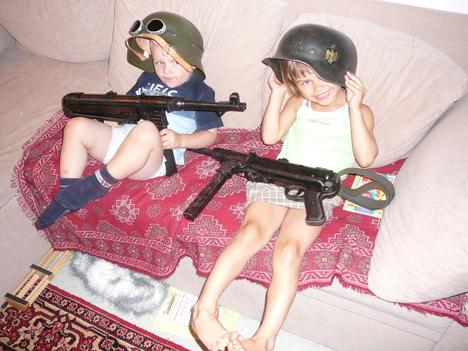 صور رائعة لاطفال يحملون السلاح 2209.jpg