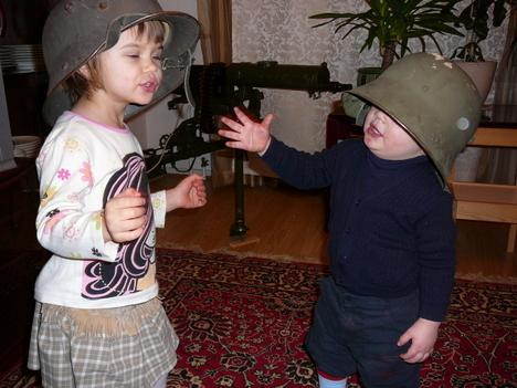صور رائعة لاطفال يحملون السلاح 2419.jpg