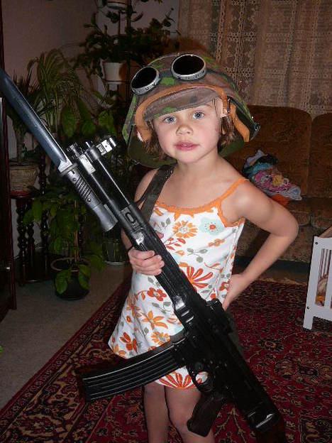 صور رائعة لاطفال يحملون السلاح 4042.jpg