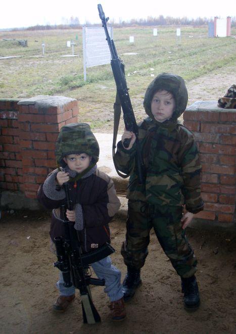 صور رائعة لاطفال يحملون السلاح 8681.jpg