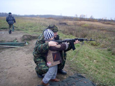 صور رائعة لاطفال يحملون السلاح 8758.jpg