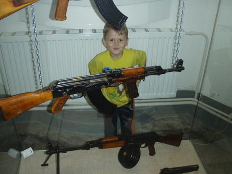 صور رائعة لاطفال يحملون السلاح 8761.jpg