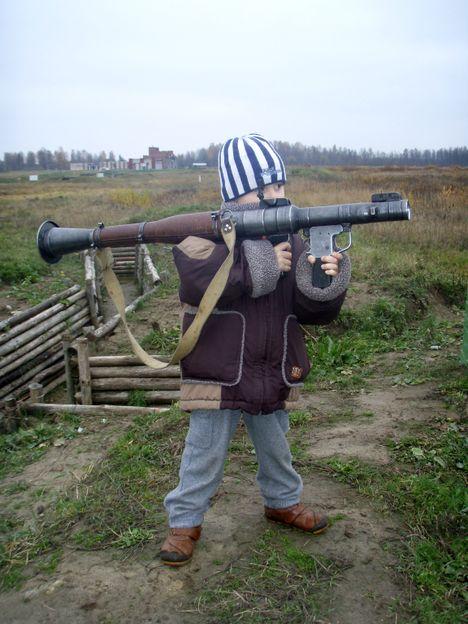 صور رائعة لاطفال يحملون السلاح 8788.jpg