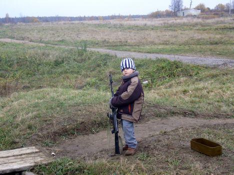 صور رائعة لاطفال يحملون السلاح 8791.jpg