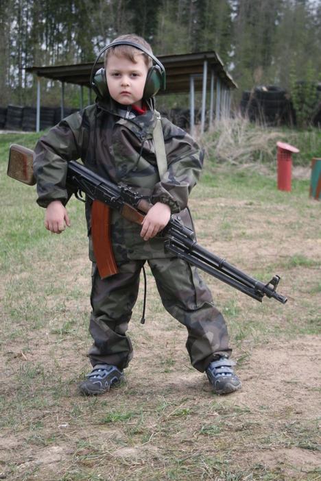 صور رائعة لاطفال يحملون السلاح 9913.jpg